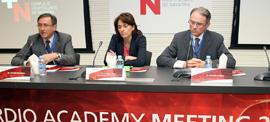 De izq. a drcha: Vicente Bertomeu, presidente de la SEC; Marta Vera, consejera de Salud y Román Lezáun, director del ACCN. FOTO: RM