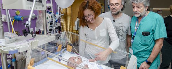 Salvador, sus padres, Enrique y Noelia; y el jefe de Servicio de Neonatología, Manuel Sánchez Luna.