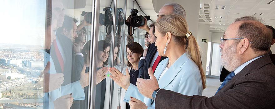 Cristina Cifuentes,Rafael Santamarina y Enrique Ruiz Escudero observan las obras del nuevo Hospital La Paz.