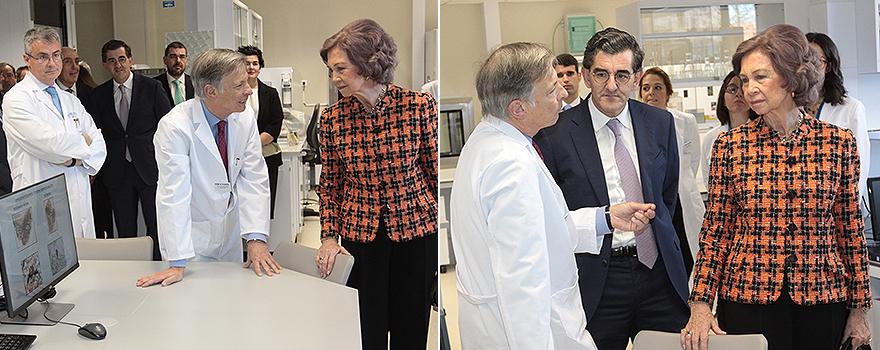 El profesor Obeso junto a Abrca Cidan enseña a S.M.La Reina Doña Sofía el centro de investigación HM CINAC. En la imagen de la izquierda Santiago Ruiz de Aguiar, director médico de HM Puerta del Sur observa la situación.
