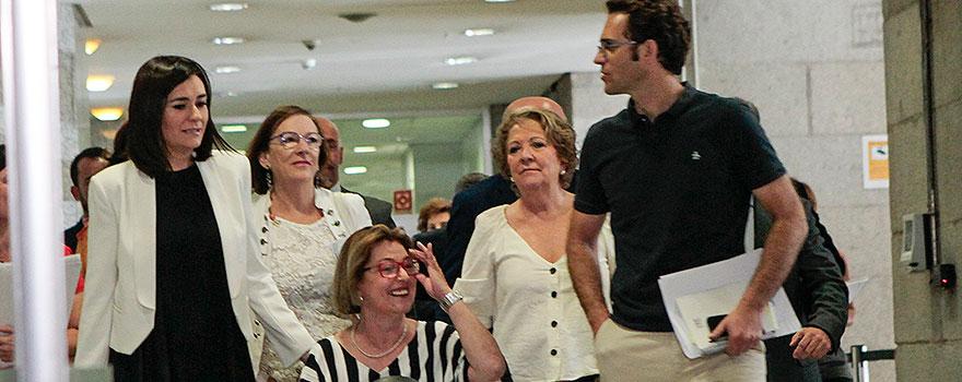 Carmen Montón, ministra de Sanidad, Servicios Sociales y Consumo; Carmen Orte, directora general del IMSERSO; María Pilar Díaz, secretaria de estado de Servicios Sociales, Teresa Patiño, directora general de Servicios para la Familia y la Infancia; Jaime Prats, jefe de comunicación del Ministerio de Sanidad.