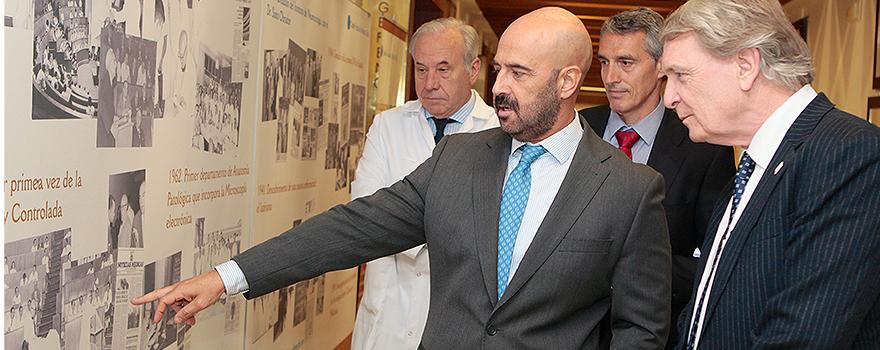 Jesús María Rodríguez Alejandre enseña a Leon Tossaint un expositor sobre la historia del Hospital Fundación Jiménez Díaz.