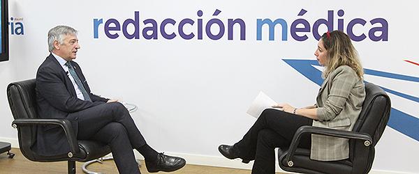 Koldo Martínez durante parte de su entrevista con Redacción Médica.