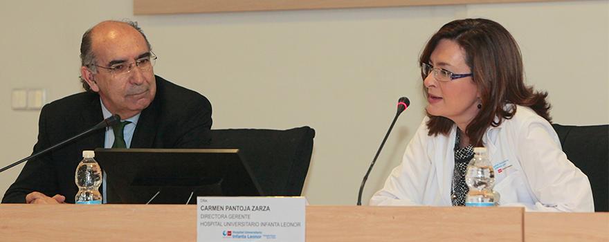 Pardo junto a Carmen Pantoja, gerente del Hospital Universitario Infanta Leonor de Vallecas, durante la presentación de la intervención del subdirector de Coordinación Asistencial de la Consejería de Sanidad de Madrid.