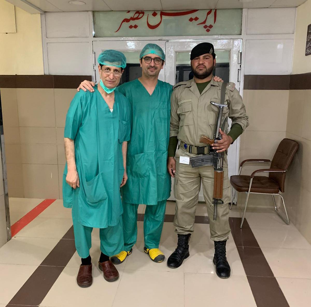 Diego González Rivas en Pakistán acompañado por un solado en quirófano.