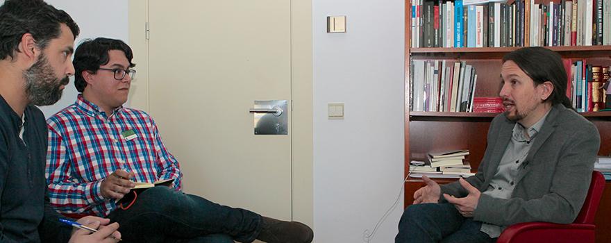Carlos Corominas, redactor; Javier Leo, redactor jefe y Pablo Iglesias en un momento de la entrevista.