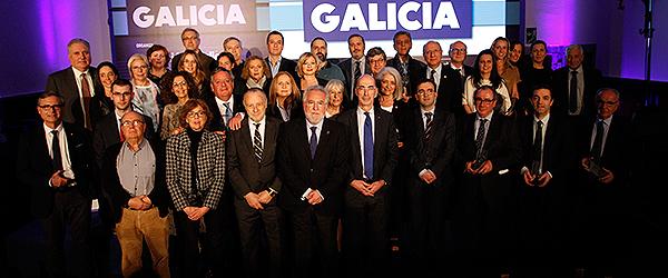 Foto de familia de los premiados de los IV Premios Redacción Médica á Sanidade Galicia.