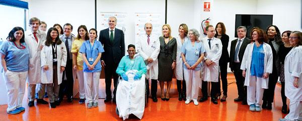Enrique Ruiz Escudero y Beatriz Domínguez-Gil junto a los sanitarios y el paciente.