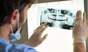 Año y medio de multa por ejercer como protésico dental sin tener el título