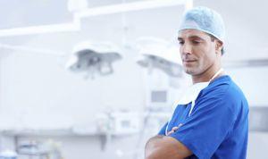 ¿Cómo debe vestir un médico? Mejor pijama o traje que vaqueros y zapatillas