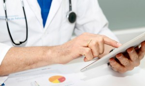 ¿Debe delegar el médico todos los cuidados en enfermeras o auxiliares?