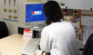 El médico mira más tiempo al ordenador que al paciente, pero no mucho más