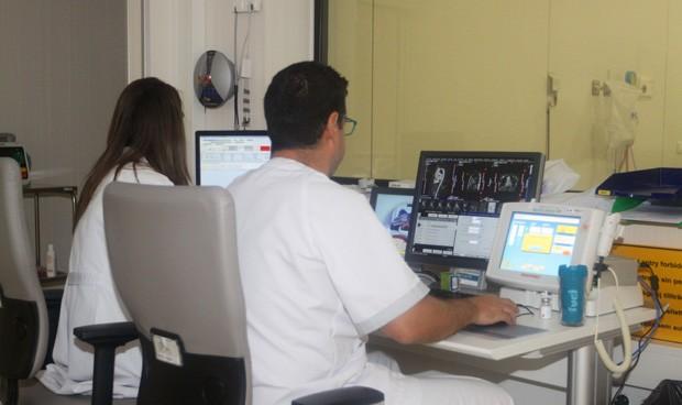 El sueldo bruto medio en la sanidad española roza los 2.600 euros al mes