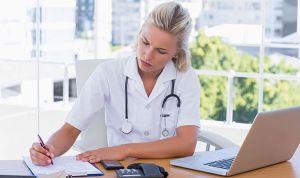 ¿Por qué ellos no acaban decantándose por Enfermería? Un estudio lo explica