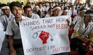 ¿Por qué los médicos indios están en huelga? 100 pacientes/día y agresiones