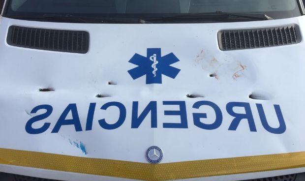 'Revienta' una ambulancia hasta perforarla con el palo de la sombrilla