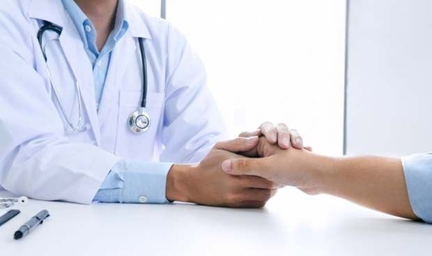 ¿Es bueno que los médicos consuelen a sus pacientes con un abrazo?
