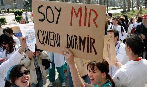 """""""Soy MIR y quiero dormir"""": empieza la huelga de residentes en Granada"""