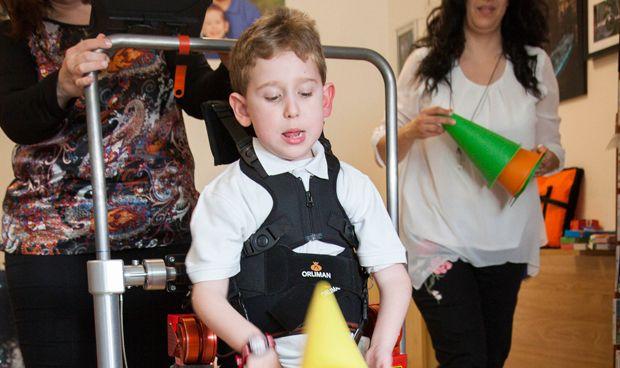 Tres niños logran andar por primera vez gracias a exoesqueletos españoles