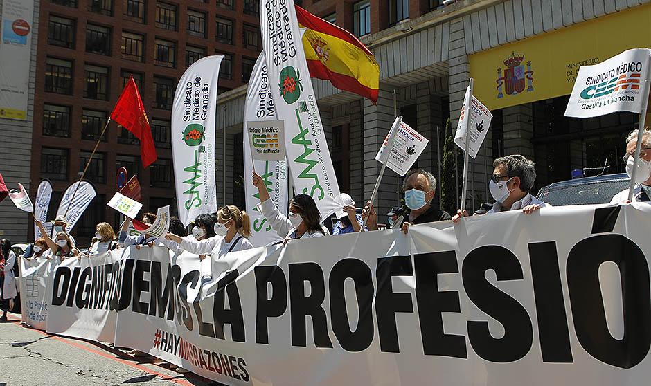 """Los MIR marchan contra Sanidad: """"Podemos perder una generación de médicos"""""""