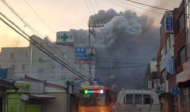 Al menos 41 muertos y 70 heridos en un incendio en un hospital de Corea