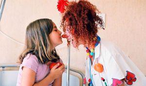 Alumnos de Medicina y Enfermería 'tratan' con risas a niños hospitalizados