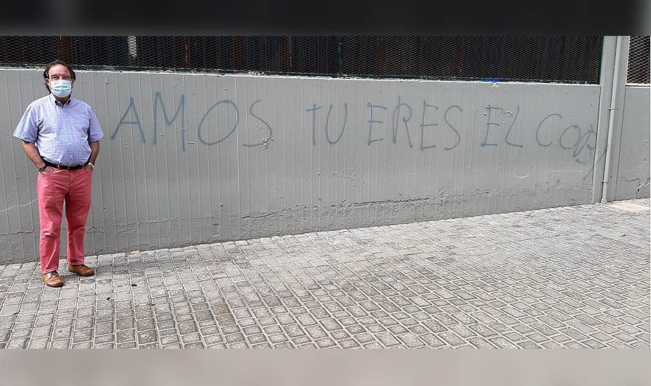 Amós García Rojas, el humor y una pintada antivacunas