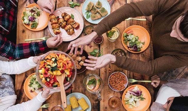 Asocian cenar temprano con un menor riesgo de cáncer de mama y próstata