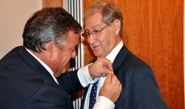 Asomega entrega su Insignia de Oro al jurista Gonzalo Rodríguez Mourullo