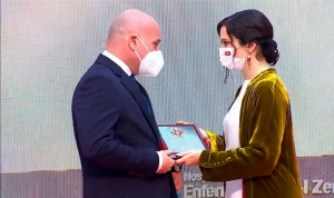 La AEIH recibe la Cruz de la Gran Orden del Dos de Mayo de la mano de Ayuso