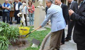 Bacelona recibe una parte del árbol de cuya sombra nació la Medicina