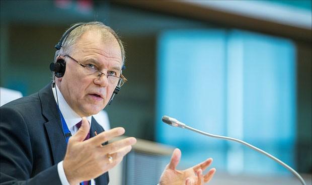 Bruselas afea a España que solo planifique con médicos las plantillas