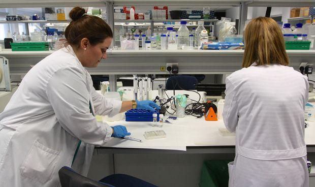 Canarias desbloquea su OPE y hace fijos a 97 sanitarios de laboratorio