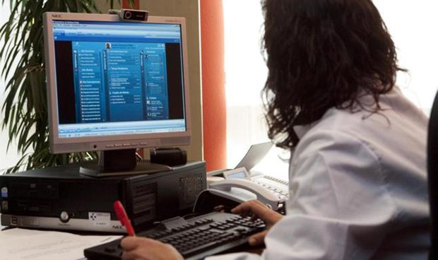 Cárcel para una enfermera que espió el historial clínico de su compañera