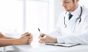 Casi la mitad de las batas de los médicos están contaminadas por bacterias