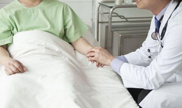 Coger de la mano al paciente al operar de cáncer no reduce su ansiedad