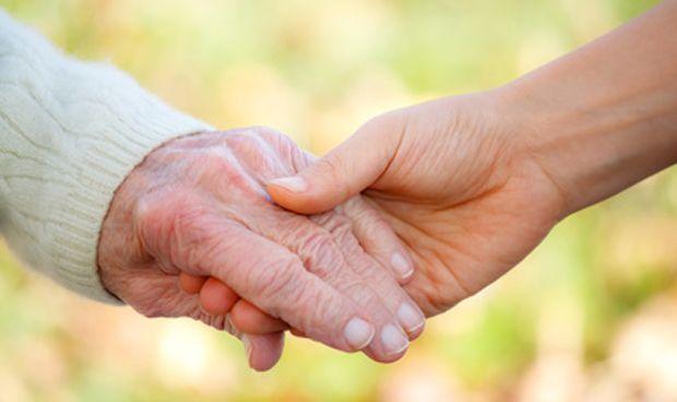 Coger de la mano al paciente favorece las ondas cerebrales y palía su dolor