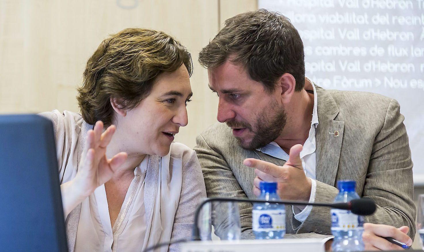 Comín y el marido de Colau ponen las urnas en Barcelona