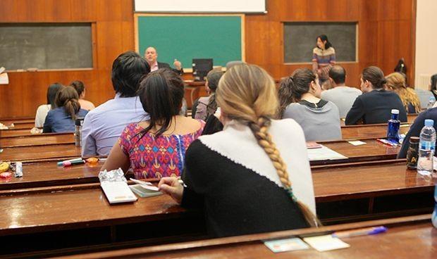 Conjeturas en las CCAA sobre el MIR en abril que 'planea' en Cataluña