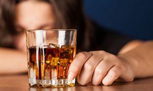 Consumir dos copas de alcohol al día aumenta un 21% el riesgo de cáncer