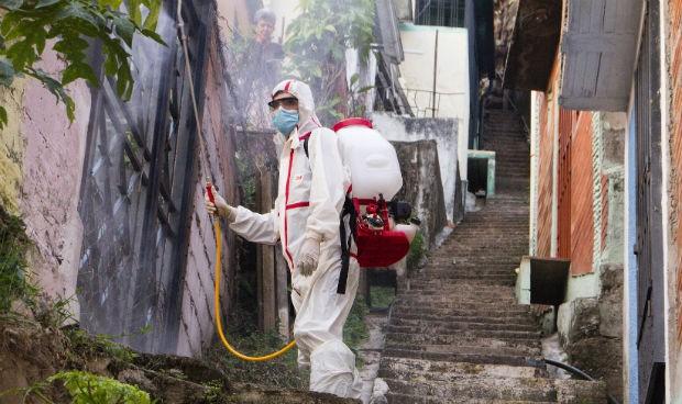 Tocar puertas y cubos de basura, un riesgo mínimo de contagio de Covid-19