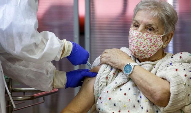 Canarias, la que más vacuna (52% de dosis); País Vasco, la que menos (1,3%)