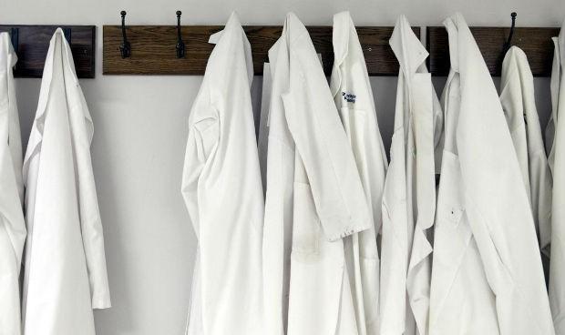 Coronavirus: el 65% de los médicos, obligado a lavar el uniforme en casa