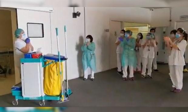 Coronavirus: homenaje de los sanitarios a las limpiadoras del hospital