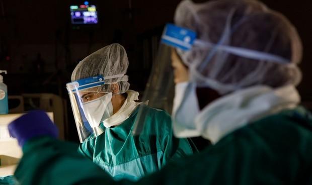 Coronavirus: los nuevos casos en personal sanitario bajan un 56% en 24 h.