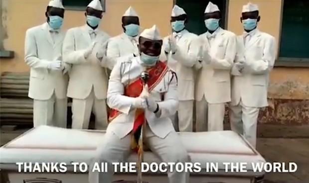 Coronavirus: Los protagonistas del meme del ataúd aplauden a los sanitarios