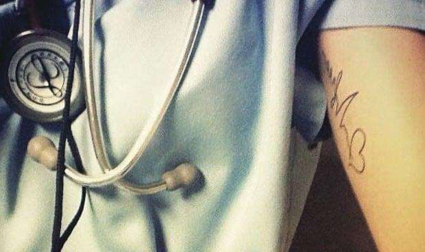 """No sé cuál de mis tatuajes me hace menos médico"""