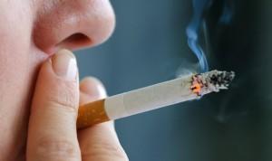 Covid-19: médicos piden prohibir de urgencia fumar en la hostelería