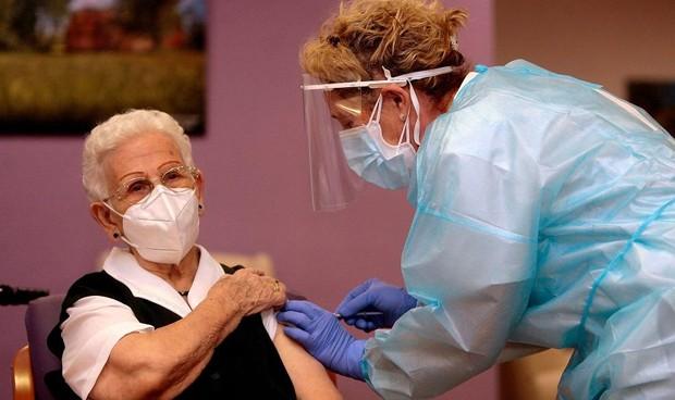 Covid: Araceli y Mónica, las primeras vacunadas, reciben la segunda dosis