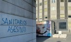 """Escriben """"sanitarios asesinos y cómplices"""" en la fachada de La Paz"""